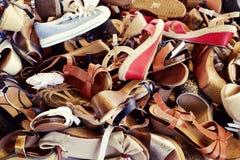 Scarpe della donna sulla vendita in un mercato di strada Fotografia Stock Libera da Diritti