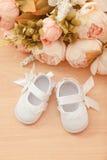Scarpe della neonata Immagine Stock