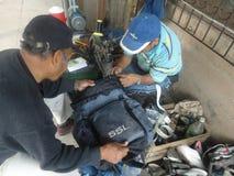 Scarpe della riparazione in Tarija Bolivia Immagine Stock Libera da Diritti