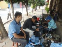 Scarpe della riparazione in Tarija Bolivia Fotografia Stock