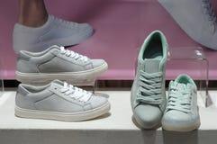 Scarpe della scarpa da tennis su esposizione Immagine Stock