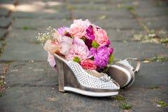 Scarpe della sposa e del mazzo Immagini Stock