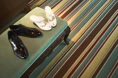 Scarpe della sposa e dello sposo nella camera di albergo Fotografia Stock Libera da Diritti