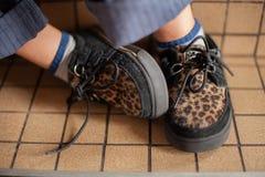 Scarpe della stampa del leopardo dei ragazzi Immagine Stock Libera da Diritti