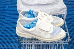 Scarpe della stanza pulita per la fabbrica fotografia stock libera da diritti