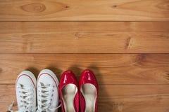 Scarpe delle coppie sopra il pavimento di legno della piattaforma Immagine Stock