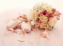 Scarpe di balletto Scarpe di Pointe su fondo di legno fotografie stock libere da diritti