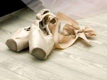 Scarpe di balletto sul pavimento Immagini Stock