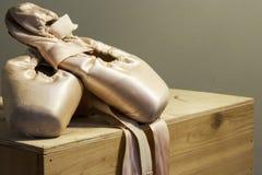 Scarpe di balletto visualizzate sopra il pensionamento fotografia stock