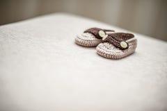 Scarpe di bambino della lana di Brown Immagini Stock