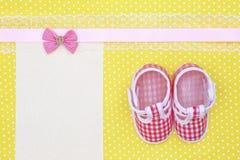 Scarpe di bambino ed insegna in bianco Fotografie Stock Libere da Diritti