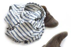 Scarpe di Brown e camicia a strisce Fotografia Stock