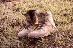 Scarpe di camminata che sono utilizzate intensivamente fotografia stock