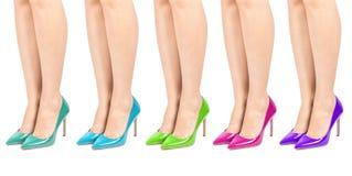 Scarpe di colore del tacco alto messe sulle gambe isolate Immagine Stock Libera da Diritti