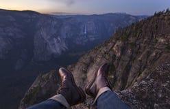 Scarpe di cuoio che appendono fuori da una scogliera Fotografia Stock Libera da Diritti