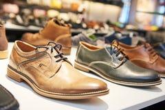 Scarpe di cuoio maschii delle calzature in negozio Immagine Stock Libera da Diritti