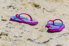Scarpe di Flip-flop sulla sabbia in Sardegna Italia immagini stock