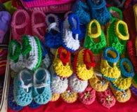 Scarpe di lana variopinte per il bambino neonato fotografia stock libera da diritti
