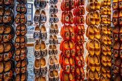 Scarpe di legno dipinte tipiche in un negozio di ricordo olandese nel vecchio centro urbano di Amsterdam immagini stock libere da diritti