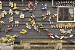Scarpe di legno olandesi sulla parete Immagine Stock Libera da Diritti