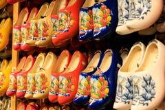 Scarpe di legno olandesi tradizionali sulla vetrina in un negozio immagini stock libere da diritti
