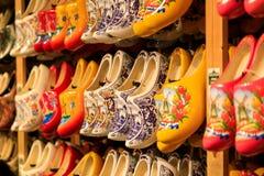 Scarpe di legno olandesi tradizionali sulla vetrina in un negozio immagine stock libera da diritti