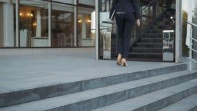 Scarpe di Legs In High-Heeled della donna di affari che camminano sulle scale sulle scala archivi video
