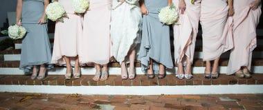 Scarpe di manifestazione delle damigelle d'onore e della sposa Fotografie Stock Libere da Diritti