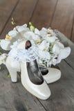 Scarpe di nozze e mazzo di nozze fotografie stock libere da diritti