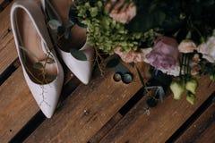 Scarpe di nozze ed anelli di oro di nozze fotografie stock libere da diritti