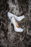 Scarpe di nozze su un tappeto immagini stock