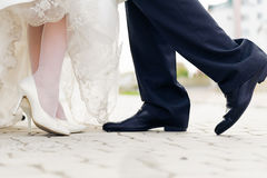 Scarpe di nozze in una sposa ed in uno sposo diritti Immagine Stock