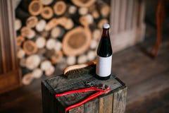 Scarpe di pulizia su fondo di legno scarpa nera con una spazzola Chiave inglese rossa Anelli di cerimonia nuziale Bottiglia da bi Immagini Stock Libere da Diritti