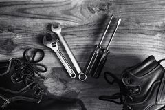Scarpe di sicurezza con le chiavi e gli strumenti del cacciavite Fotografie Stock