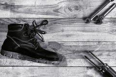 Scarpe di sicurezza con le chiavi e gli strumenti del cacciavite Immagini Stock