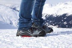 Scarpe di sicurezza nelle montagne nevose Fotografie Stock