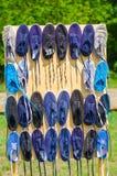 Scarpe di sport che appendono su una linea Fotografia Stock