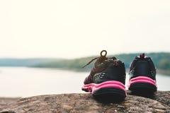 scarpe di sport nel fondo della natura Fotografia Stock Libera da Diritti