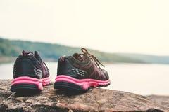 scarpe di sport nel fondo della natura Fotografie Stock