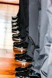 Scarpe di vestito dal nero del ` s degli uomini in una fila Fotografia Stock