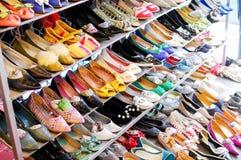 Scarpe differenti della donna sulla vendita Fotografia Stock