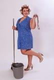 Scarpe divertenti di Wearing High Heel della donna delle pulizie Immagini Stock