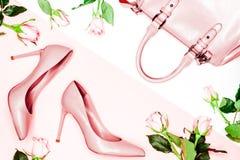 Scarpe e borsa del tacco alto delle donne di rosa pastello su fondo rosa Disposizione piana, fondo femminile di modo d'avanguardi Immagine Stock Libera da Diritti