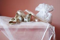 Scarpe e carrello-borsa della sposa immagine stock
