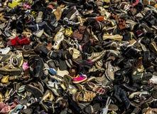 Scarpe e discarica degli stivali Fotografie Stock