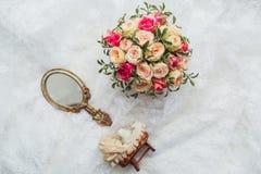 Scarpe e gioiello di lusso della sposa sul sofà Fotografia Stock Libera da Diritti