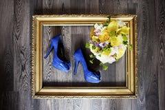Scarpe e mazzo di nozze nel telaio dell'oro nozze Immagini Stock Libere da Diritti