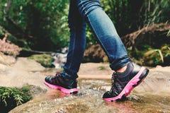 Scarpe e piedi di donne in natura Fotografia Stock Libera da Diritti
