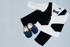 Scarpe e vestito di bambino della decorazione di vista del piano d'appoggio immagine stock libera da diritti