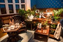 Scarpe ed accessori del negozio fatti a mano fotografie stock